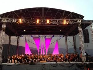 Die Bühne mit dem Orchester